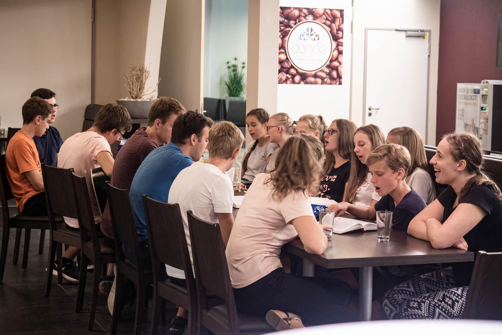Junge Leute Im Gemeinsamen Abendlichen Gesang